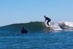 Persona que practica surf CJ Nelson Surfing en California imagenes de archivo