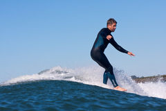 Persona que practica surf CJ Nelson Surfing en California imágenes de archivo libres de regalías