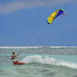 Persona que practica surf, cometa colorida Imagenes de archivo