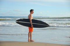 Persona que practica surf con el tablero Imágenes de archivo libres de regalías