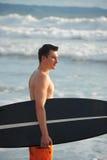 Persona que practica surf con el tablero Imagen de archivo libre de regalías