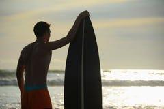 Persona que practica surf con el tablero Imagen de archivo
