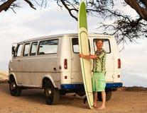 Persona que practica surf con Van y la tabla hawaiana Fotos de archivo libres de regalías