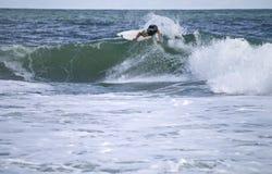 Persona que practica surf de Belmar Imagen de archivo libre de regalías
