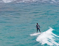 Persona que practica surf de Cerdeña imagen de archivo