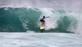 Persona que practica surf de la acción Foto de archivo libre de regalías