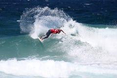 Persona que practica surf de la acción Fotos de archivo