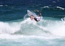 Persona que practica surf de la acción Foto de archivo