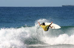 Persona que practica surf de la acción Imagen de archivo
