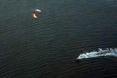 Persona que practica surf de la cometa Fotografía de archivo