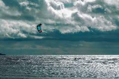 Persona que practica surf de la cometa Boarding Estilo libre de la persona que practica surf de la cometa en la puesta del sol Fotografía de archivo libre de regalías