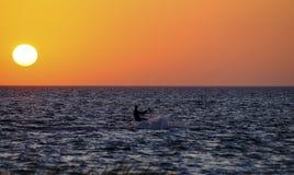 Persona que practica surf de la cometa de la puesta del sol Fotos de archivo libres de regalías