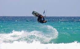 Persona que practica surf de la cometa del deportista Fotos de archivo