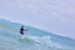 Persona que practica surf de la cometa del hombre en la acción Foto de archivo