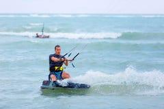 Persona que practica surf de la cometa del hombre en la acción Foto de archivo libre de regalías
