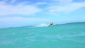 Persona que practica surf de la cometa en el océano, cámara lenta