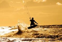 Persona que practica surf de la cometa en la acción Foto de archivo libre de regalías