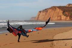 Persona que practica surf de la cometa en la playa Imagen de archivo libre de regalías