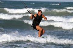 Persona que practica surf de la cometa, playa de Cullera, Valencia, España Foto de archivo libre de regalías