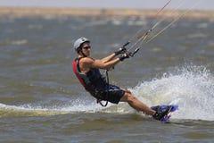 Persona que practica surf de la cometa que disfruta de los días de verano calientes en Oklahoma Imagen de archivo libre de regalías