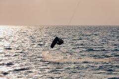 Persona que practica surf de la cometa que salta del agua Fotografía de archivo libre de regalías