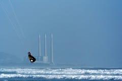 Persona que practica surf de la cometa y central eléctrica Imagen de archivo libre de regalías