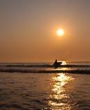 Persona que practica surf de la mañana Fotografía de archivo libre de regalías