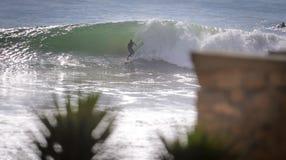 Persona que practica surf de la madrugada, pueblo de la resaca de Taghazout, Agadir, Marruecos 3 Fotos de archivo
