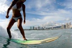 Persona que practica surf de la muchacha Imagen de archivo libre de regalías