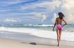 Persona que practica surf de la muchacha de la mujer del bikini y playa hermosas de la tabla hawaiana Imagenes de archivo