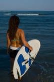Persona que practica surf de la mujer Imagenes de archivo