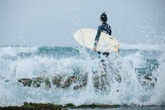 Persona que practica surf de la mujer con la tabla hawaiana fotos de archivo