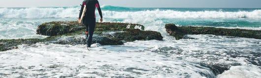 Persona que practica surf de la mujer con la tabla hawaiana imagenes de archivo