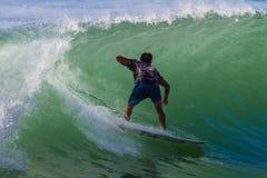 Persona que practica surf de la onda de la diversión del montar a caballo Fotos de archivo