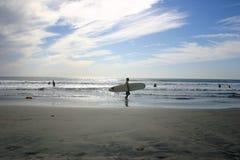 Persona que practica surf de la playa fotos de archivo