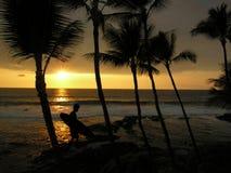 Persona que practica surf de la puesta del sol Imagen de archivo libre de regalías