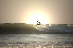 Persona que practica surf de la puesta del sol Fotografía de archivo