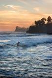 Persona que practica surf de la puesta del sol Fotos de archivo libres de regalías