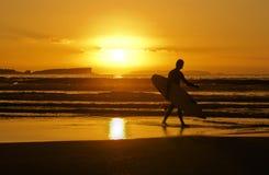 Persona que practica surf de la puesta del sol Imágenes de archivo libres de regalías