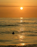 Persona que practica surf de la puesta del sol I Fotografía de archivo libre de regalías