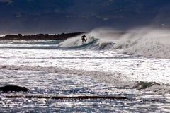 Persona que practica surf de la tabla hawaiana que practica surf la resaca grande del océano de la onda Imagen de archivo libre de regalías