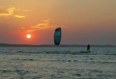 Persona que practica surf de la tarde Fotos de archivo