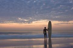 Persona que practica surf de Longboard Imágenes de archivo libres de regalías