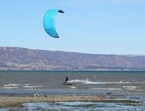 Persona que practica surf de Para en la acción Fotos de archivo
