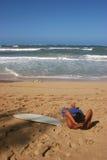 Persona que practica surf de relajación Fotos de archivo