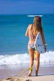 Persona que practica surf de sexo femenino Imagen de archivo libre de regalías