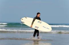 Persona que practica surf de sexo femenino Foto de archivo libre de regalías