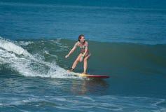 Persona que practica surf de sexo femenino Fotografía de archivo libre de regalías