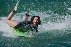 Persona que practica surf de sexo femenino Fotos de archivo