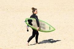 Persona que practica surf de sexo femenino Fotos de archivo libres de regalías